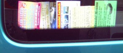Mehrere Autokäufervisitenkarten an einem Seitenfenster