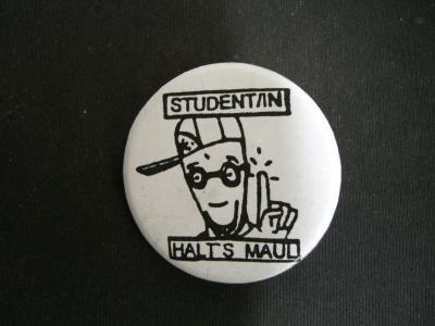 Badge mit dem Aufdruck 'Student/in halt's Maul'