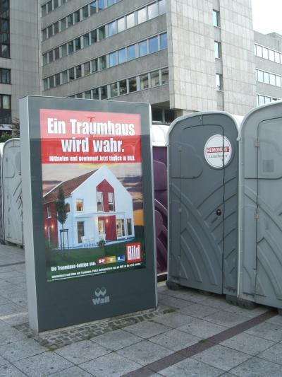 Gute Kombination: b*ld-Werbung plus Toilettenhäuschen