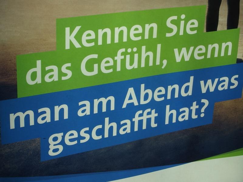 Berliner Verkehrsbetriebe fragt auf ner Citylight-Anzeige: »Kennen Sie das Gefühl, wenn man am Abend was geschafft hat«